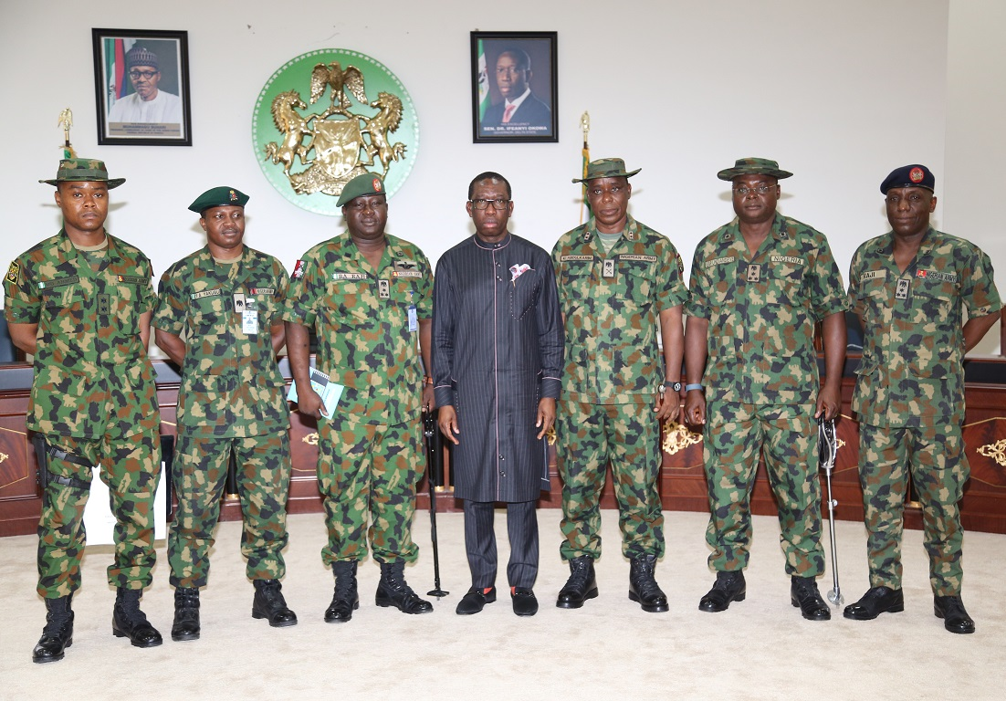 Delta State Governor Okowa (middle) in group photograph with the General Officer in Command (GOC) 2 Division, Major General Kashimu Abdul'Karim and his entourage